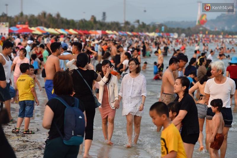 Đời sống: Chùm ảnh: Bãi tắm Hạ Long đông choáng váng trong dịp nghỉ lễ 30/4-1/5