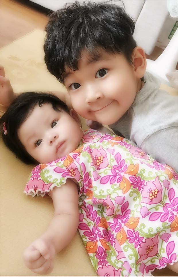 Hải Băng khoe ảnh con trai riêng của Thành Đạt xung phong chăm sóc em gái - Ảnh 1.