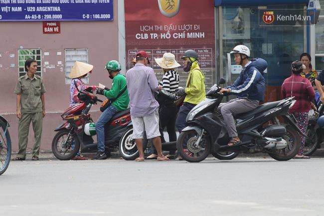 Cò vé trận U20 Việt Nam gặp đàn em Messi nhiều hơn khách mua - Ảnh 1.