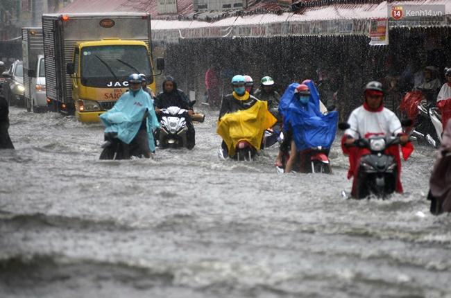 Thời tiết Sài Gòn mưa lớn, nhiều nhà dân trên đại lộ Phạm Văn Đồng ngập úng- Ảnh 13.