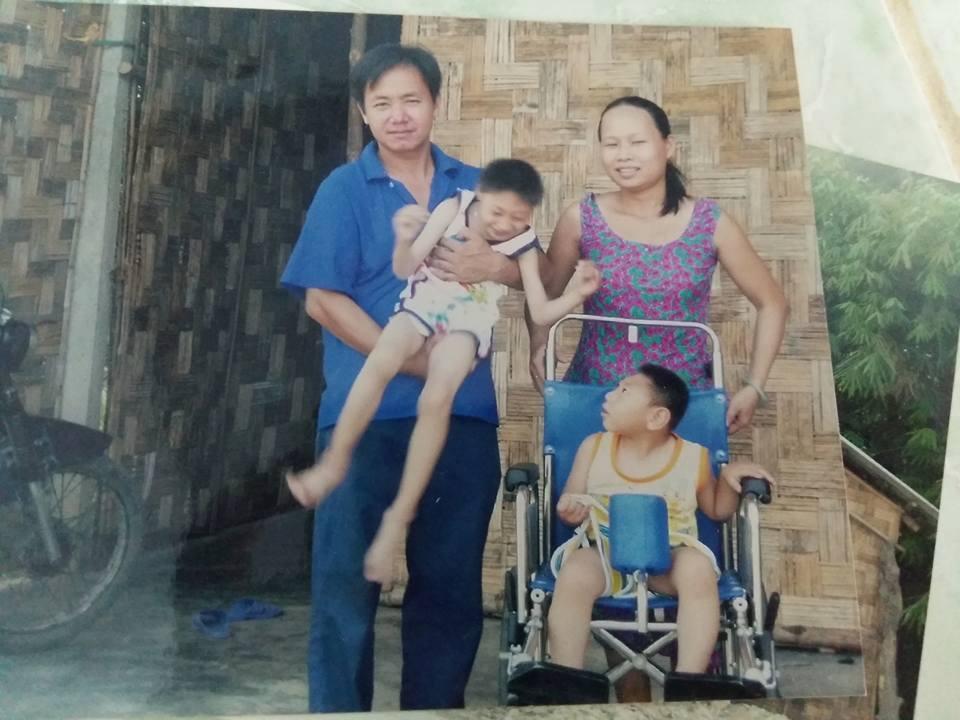 Đời sống: Người mẹ bất ngờ xuất hiện tại nhà ông bố nuôi 2 con bại não: