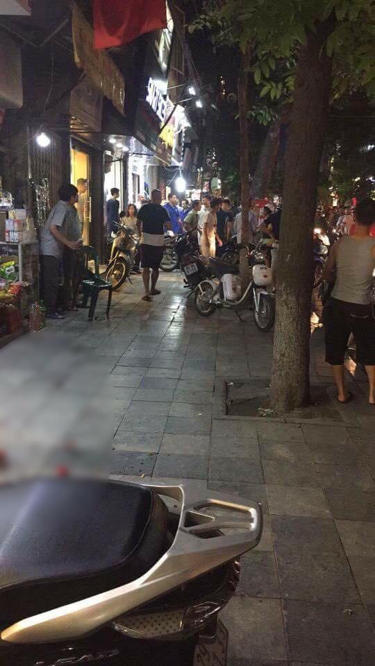 Nam thanh niên xông vào cửa hàng quần áo ở phố cổ Hà Nội chém 2 người nhập viện - Ảnh 2.
