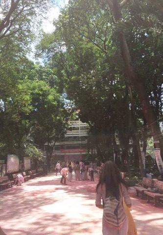Học sinh trường THPT Nguyễn Khuyến: Sau khi chơi bột màu xong chúng em đã ở lại trường để dọn dẹp - Ảnh 4.