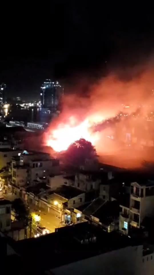 Cháy lớn kèm nhiều tiếng nổ trong nhà kho ở cảng Sài Gòn - Ảnh 4.