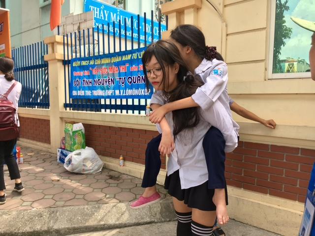 Nữ sinh Hà Nội cõng bạn đi thi, leo 5 tầng lầu: Thấu cảm xảy ra trong từng khoảnh khắc cuộc sống! 1