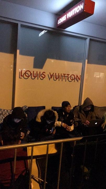 Giới mộ điệu cắm trại, ùn ùn xếp hàng chờ mua Supreme x Louis Vuitton từ tờ mờ sáng - Ảnh 2.