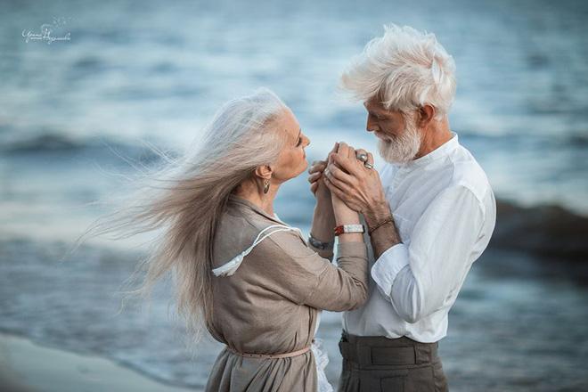 Cư dân mạng xuýt xoa với bộ ảnh Tình yêu vượt thời gian của cặp vợ chồng già - Ảnh 2.