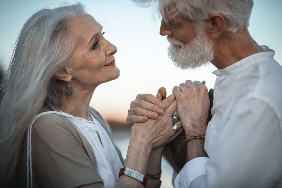 """Bộ ảnh """"Tình yêu vượt thời gian"""" của cặp vợ chồng già khiến ai cũng thầm mơ về một mối tình trọn đời như thế -"""