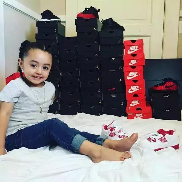 Mới 4 tuổi, cô nhóc này đã sở hữu hàng chục đôi sneakers đình đám khiến người lớn phải kiêng dè - Ảnh 1.
