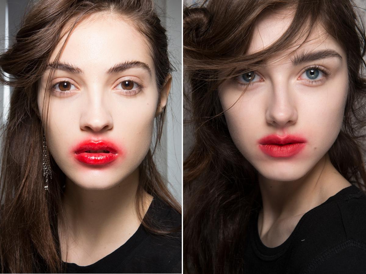 """Dàn mẫu với đôi môi tô son đỏ nhòe nhoẹt, lem nhem chính là điểm nhấn ấn tượng nhất trong show diễn của thương hiệu Preen. Dù không khỏi khiến người nhìn liên tưởng đến hình ảnh ma cà rồng vừa hút máu, nguồn cảm hứng đằng sau kiểu makeup rùng rợn này lại khá là lãng mạn: vừa hôn """"người ta"""" xong nên son môi mới bị nhòe thế đấy."""