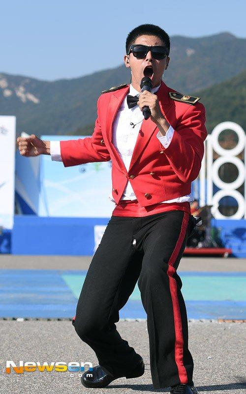 Thánh sự cố trang phục: Yunho (DBSK) lại rách quần hở cả nội y trên sân khấu - Ảnh 8.