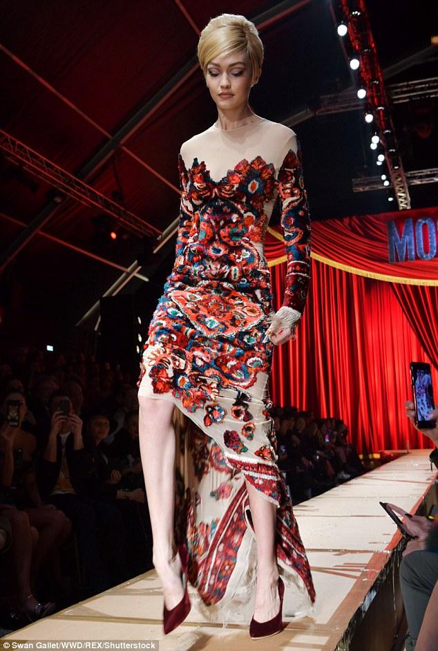 Váy có vướng vào gót giày cũng không thể làm Gigi Hadid vồ ếch vì cô nàng cao tay thế này cơ mà - Ảnh 4.