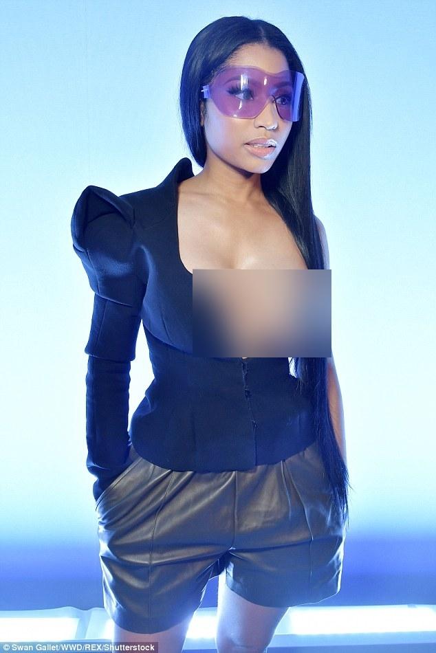 Đỉnh cao phản cảm: Nicki Minaj phơi bày nguyên vòng 1 trên hàng ghế đầu PFW - ảnh 1