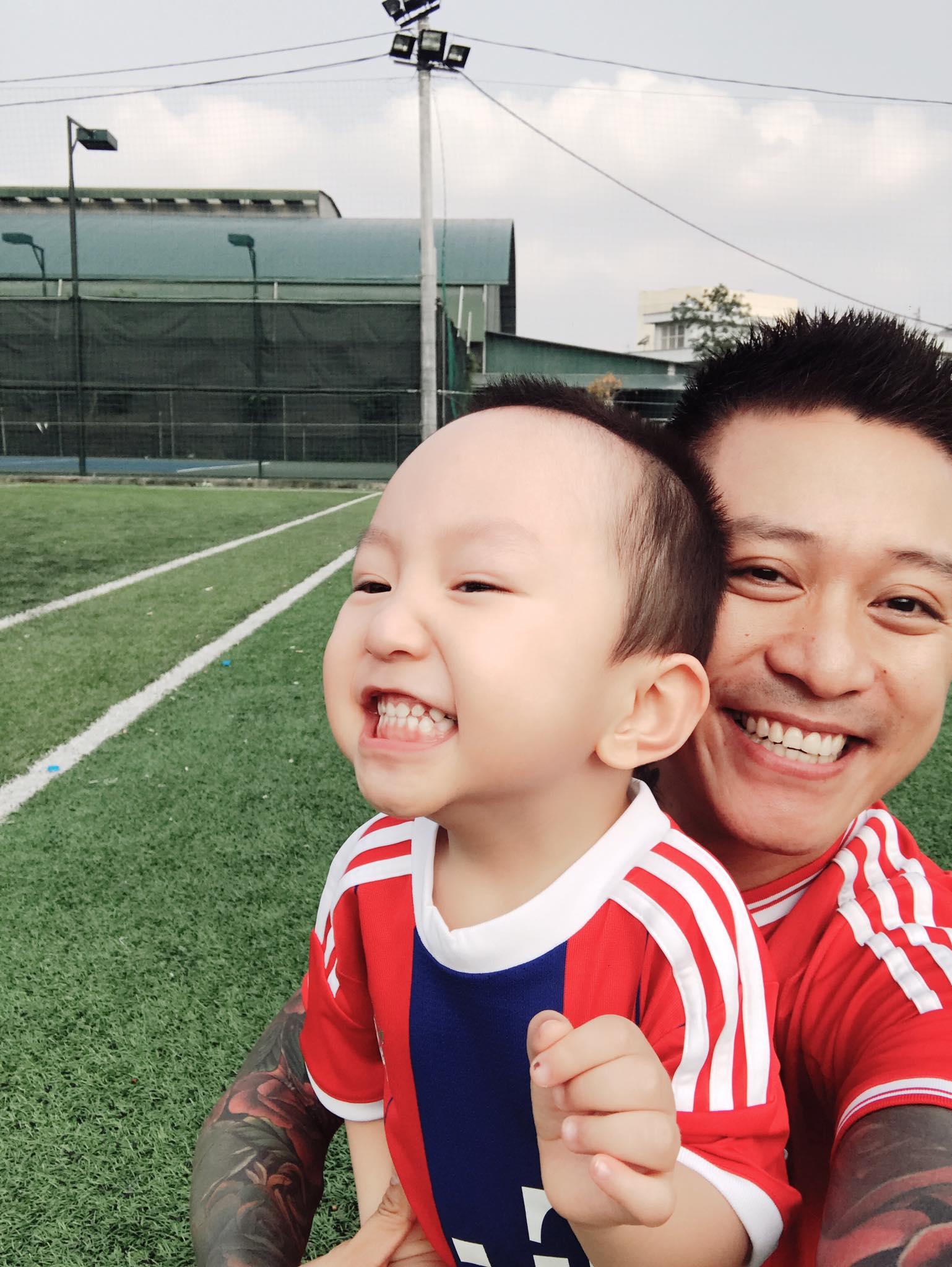 Sao Việt: Nhìn loạt ảnh này ai chẳng muốn có một nhóc tỳ kháu khỉnh giống như ca sĩ Tuấn Hưng!