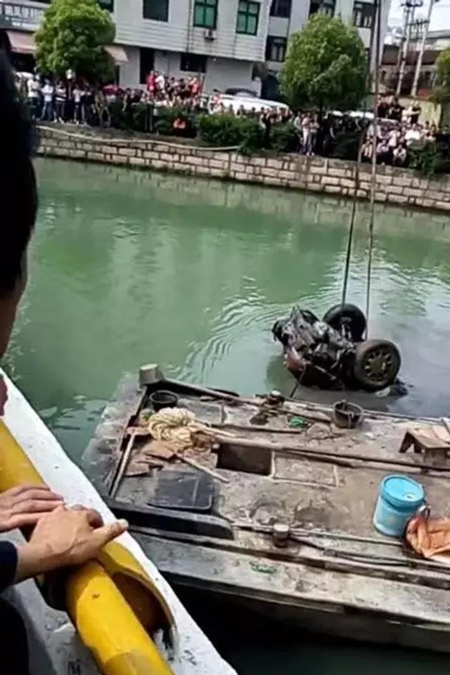Tìm thấy hai bộ xương người trong chiếc ô tô mất tích 15 năm dưới đáy sông 3