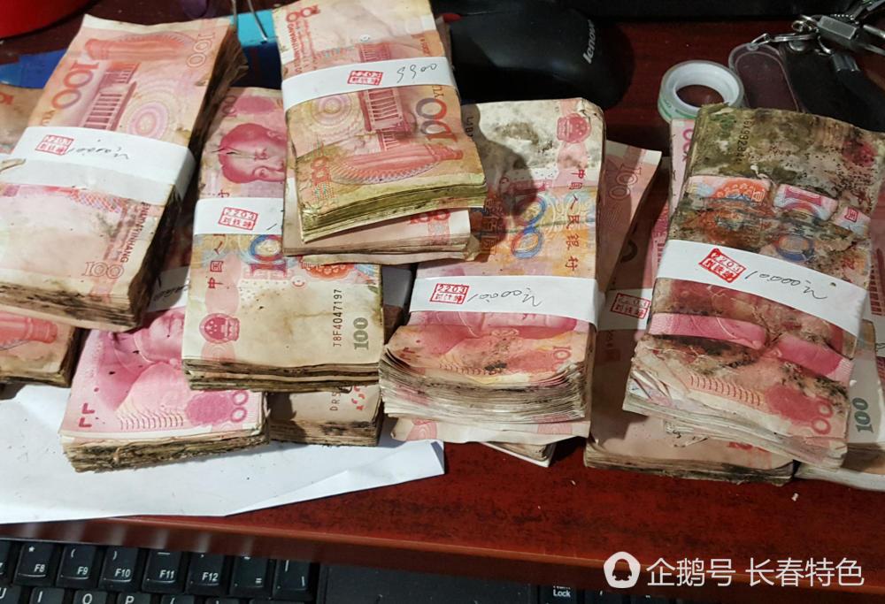 Độc lạ: Hơn 500 triệu đồng mọc rêu, nhân viên ngân hàng cầm vòi nước RỬA tiền
