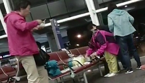 Nhóm du khách Trung Quốc bắc nồi nấu mì tôm ngay giữa sân bay 2