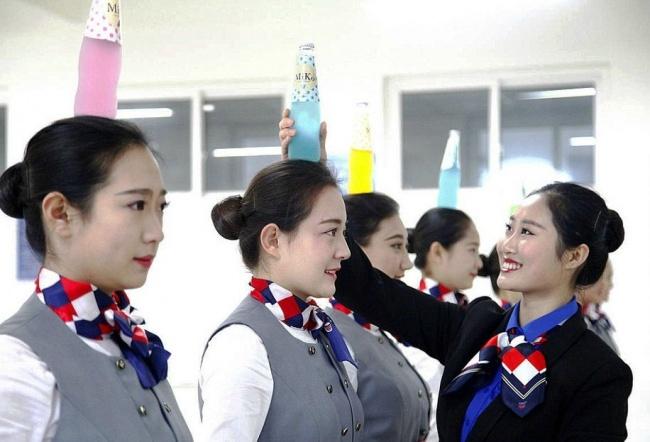 Những bài tập khó nhằn dành cho các cô gái xinh đẹp nuôi mộng làm tiếp viên hàng không ở Trung Quốc - Ảnh 3.
