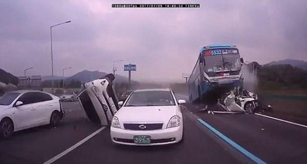 Hàn Quốc: Tài xế ngủ gật gây tai nạn liên hoàn, 18 người thương vong - Ảnh 3.