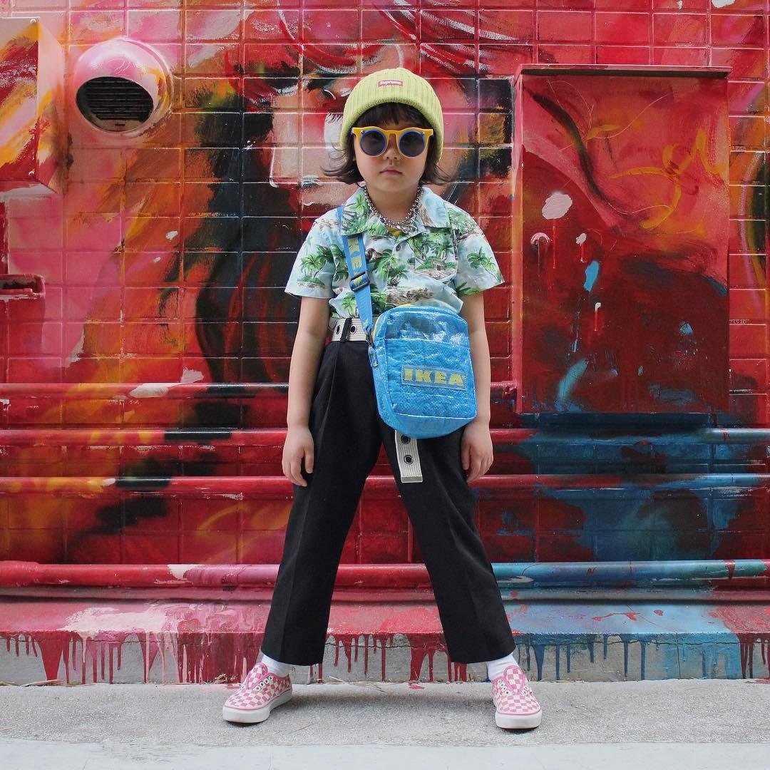 Mẹo nuôi con: Mix đồ đẹp như người lớn, luôn đeo kính cực ngầu, cô bé này chính là fashion icon nhí