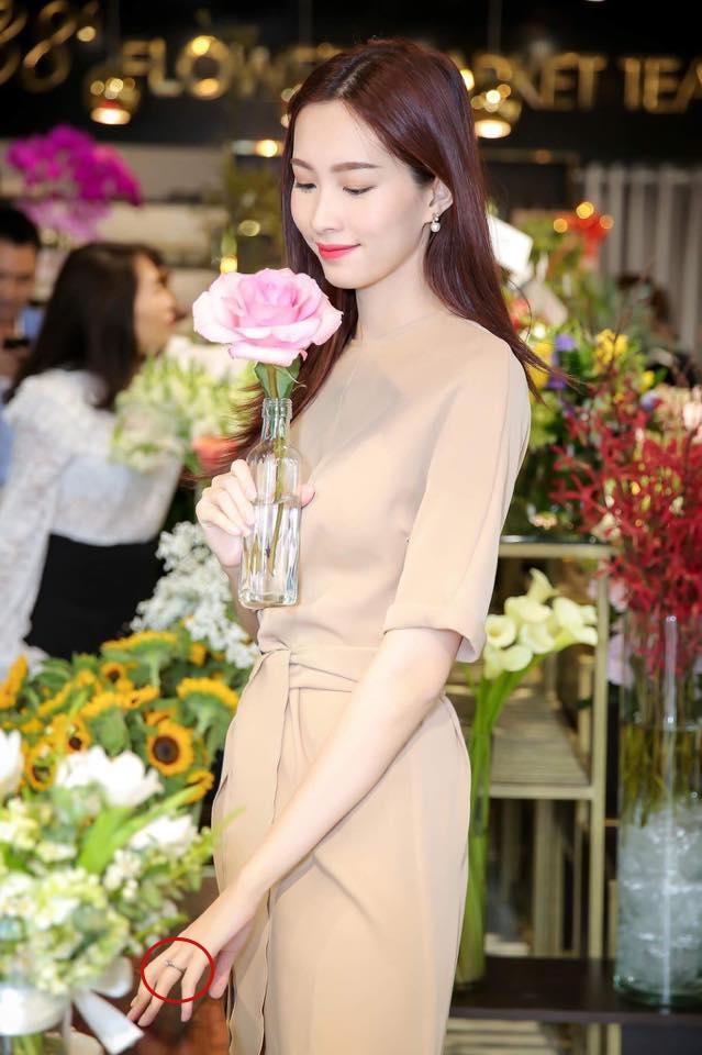 Hậu thông tin kết hôn, Hoa hậu Thu Thảo đeo nhẫn cưới lấp lánh, xuất hiện rạng rỡ tại sự kiện  - Ảnh 1.