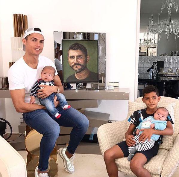 Những khoảnh khắc ngọt ngào của Ronaldo bên các con - Ảnh 4.