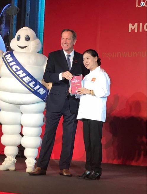 Quán ăn vỉa hè có món trứng rán 500k ở Thái đã vượt mặt cả nhà hàng cao cấp để giành sao Michelin năm nay - Ảnh 2.