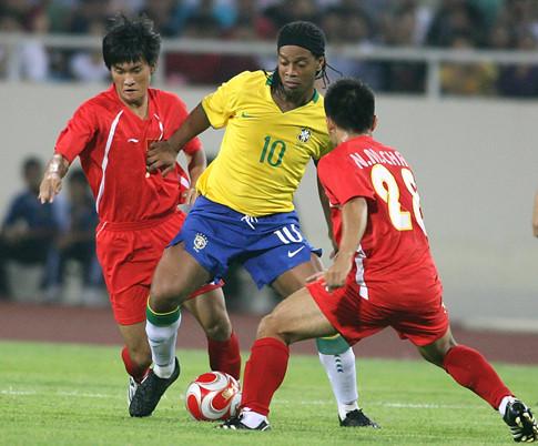 Đại gia V.League muốn chiêu mộ Ronaldinho - Ảnh 1.