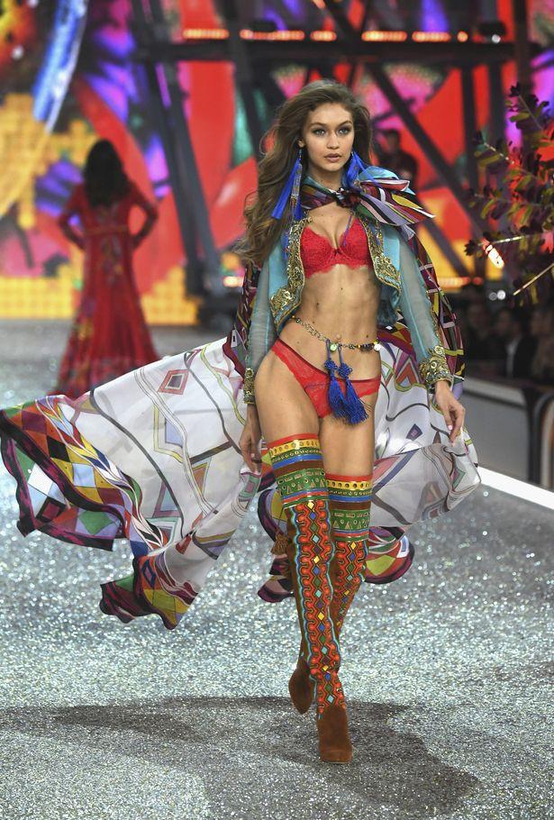 Victorias Secret Show phiên bản hội chợ Trung Quốc: Dàn người mẫu lộ bụng mỡ, nhái cánh thiên thần 1 cách trắng trợn - Ảnh 4.