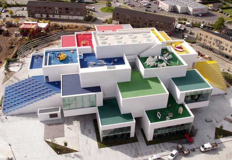 Ghé thăm căn nhà đồ chơi LEGO chóe lọe ngoài đời thực - Ảnh 1.