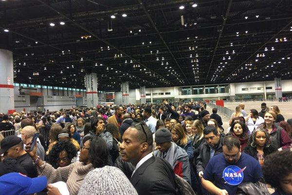 Người dân Mỹ xếp hàng dài chờ nghe bài phát biểu chia tay của Tổng thống Barack Obama - Ảnh 4.
