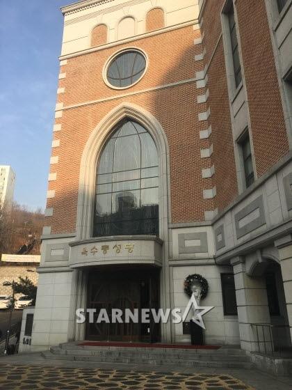 HOT: Ơn giời, nữ hoàng sắc đẹp Kim Tae Hee đã xuất hiện với váy ngắn trong đám cưới cực bí mật - Ảnh 8.