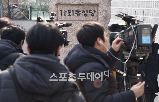 HOT: Ơn giời, nữ hoàng sắc đẹp Kim Tae Hee đã xuất hiện với váy ngắn trong đám cưới cực bí mật - Ảnh 10.