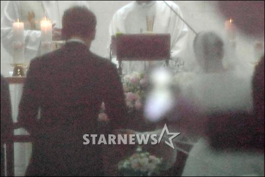 HOT: Ơn giời, nữ hoàng sắc đẹp Kim Tae Hee đã xuất hiện với váy ngắn trong đám cưới cực bí mật - Ảnh 2.