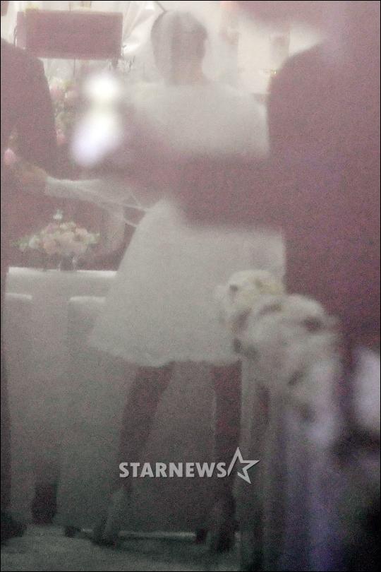 HOT: Ơn giời, nữ hoàng sắc đẹp Kim Tae Hee đã xuất hiện với váy ngắn trong đám cưới cực bí mật - Ảnh 3.