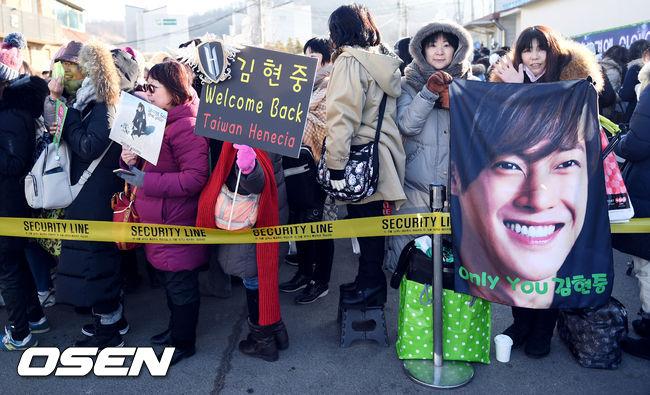 Mặc scandal hành hung, Kim Hyun Joong vẫn được hơn 1.500 fan đến đón ngày xuất ngũ - Ảnh 7.