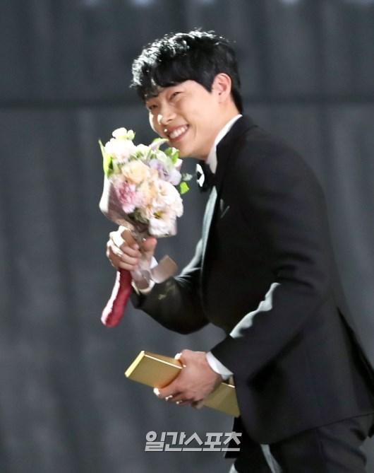 Nhờ vai diễn chó gặm, mặt cún Ryu Jun Yeol thành Tân binh Baeksang 53! - Ảnh 2.