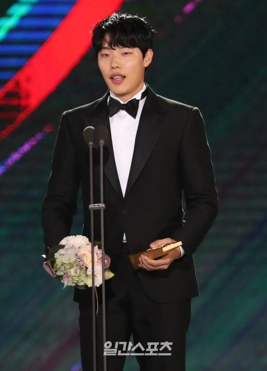 Nhờ vai diễn chó gặm, mặt cún Ryu Jun Yeol thành Tân binh Baeksang 53! - Ảnh 1.