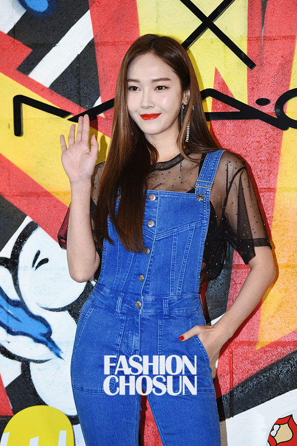 Jessica trở lại thời kỳ đỉnh cao nhan sắc, song lại... quá sến so với đàn chị và dàn người đẹp Hàn - Ảnh 5.