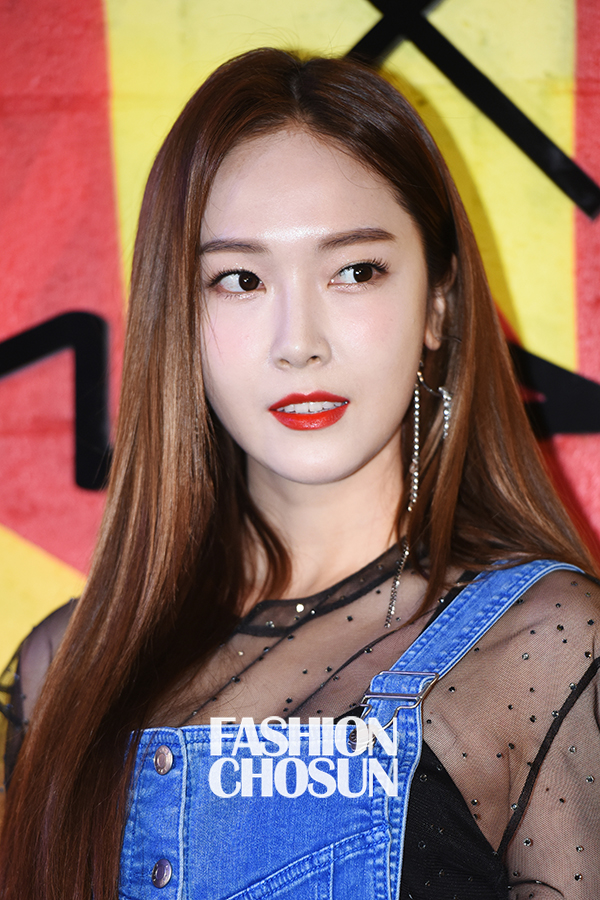 Jessica trở lại thời kỳ đỉnh cao nhan sắc, song lại... quá sến so với đàn chị và dàn người đẹp Hàn - Ảnh 7.