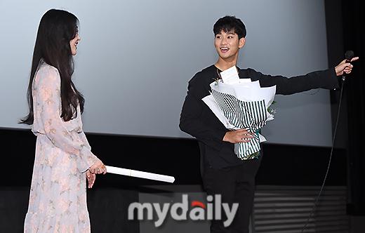 Sau sự cố cảnh nóng, Sulli lại khiến dân tình mê man vì quá đẹp bên Kim Soo Hyun tại sự kiện