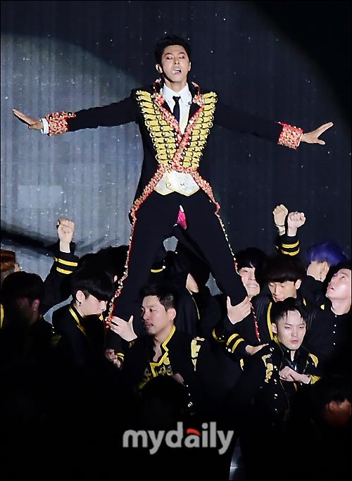 Thánh sự cố trang phục: Yunho (DBSK) lại rách quần hở cả nội y trên sân khấu - Ảnh 2.