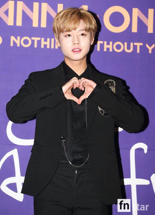 Trai đẹp Wanna One đồng loạt khoe mặt trắng loang lổ, nhưng kéo đến ảnh của Dispatch thì đúng là cạn lời - ảnh 1