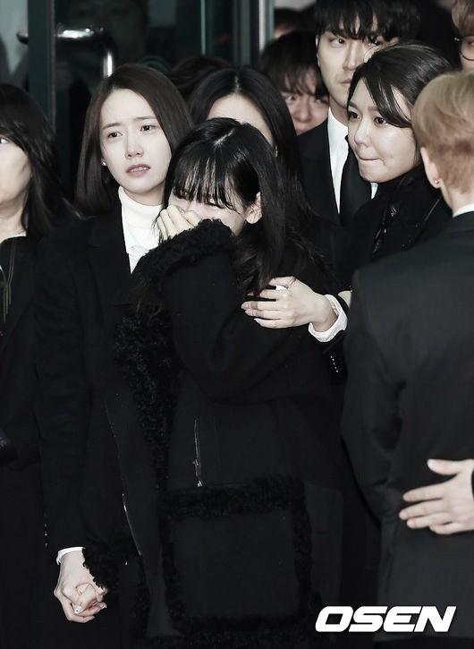 Trong tang lễ Jonghyun, có những người cố nín khóc: Anh cứ an tâm ra đi, chúng em ở lại sẽ cố thay anh mạnh mẽ - Ảnh 19.