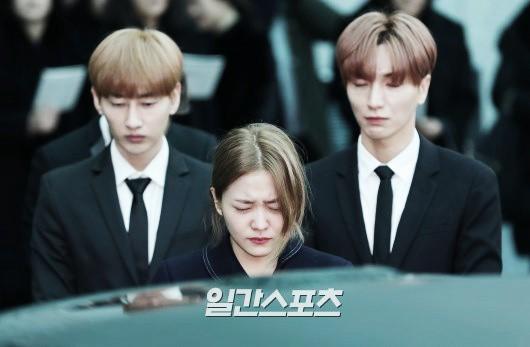 Trong tang lễ Jonghyun, có những người cố nín khóc: Anh cứ an tâm ra đi, chúng em ở lại sẽ cố thay anh mạnh mẽ - Ảnh 25.