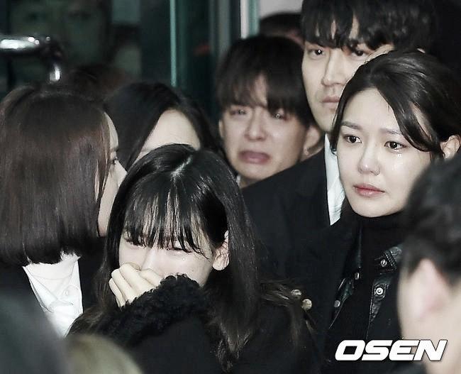 Trong tang lễ Jonghyun, có những người cố nín khóc: Anh cứ an tâm ra đi, chúng em ở lại sẽ cố thay anh mạnh mẽ - Ảnh 21.
