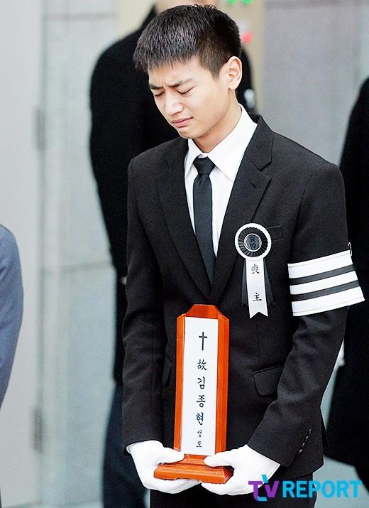 Trong tang lễ Jonghyun, có những người cố nín khóc: Anh cứ an tâm ra đi, chúng em ở lại sẽ cố thay anh mạnh mẽ - Ảnh 2.