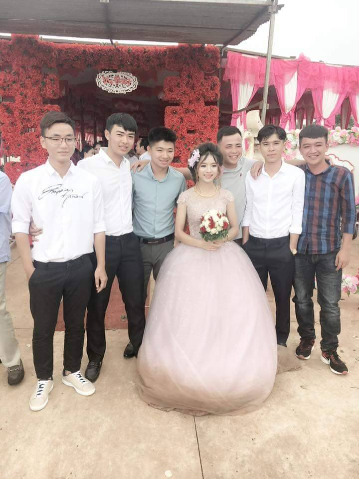 Đời sống: Cô dâu mặc quần đùi, đi giày thể thao lội bùn trong ngày cưới