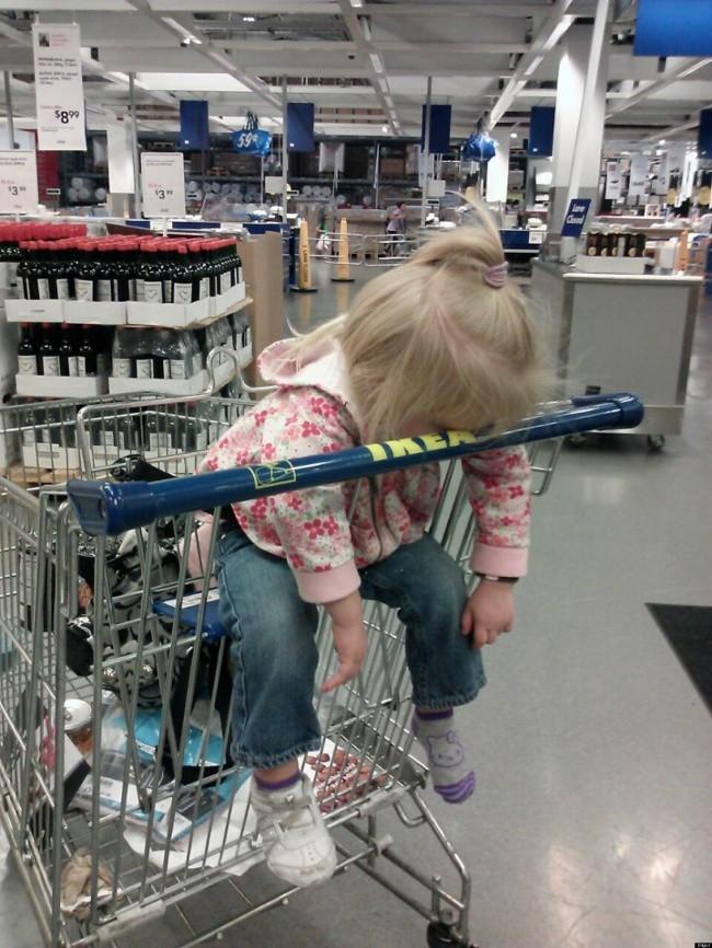 Nỗi khổ tâm của những ông bố, bà mẹ phải cho con đi shopping cùng - Ảnh 33.