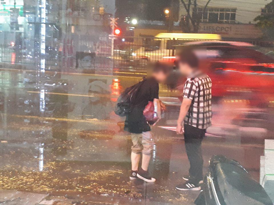 Đời sống: Hơn cả phim Hàn Quốc: Cặp đôi cãi nhau dưới mưa, chàng trai bất ngờ giả ngất để níu kéo bạn gái!